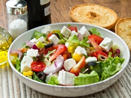 Пъстра зелена салата с маслини и сирене фета - снимка на рецептата